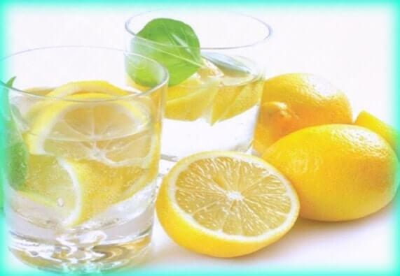 tomar agua con limón